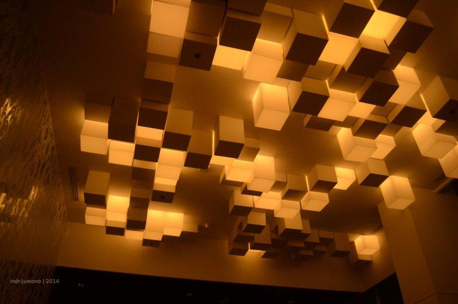 permainan lampu di langit-langit