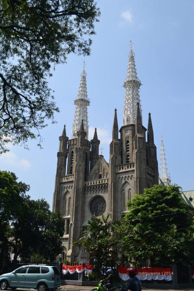 dari seberang katedral