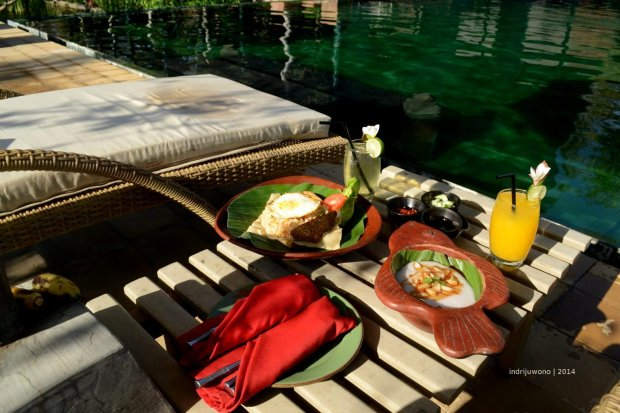 poolside breakfast