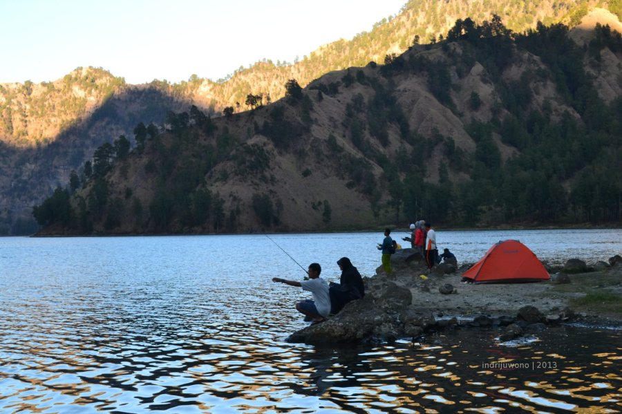 memancing siang hari di danau yang ternaungi