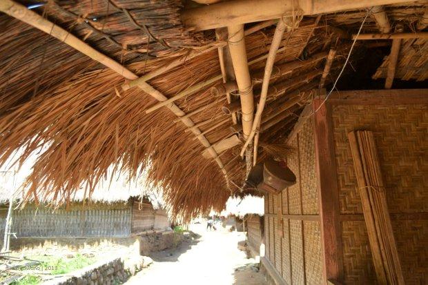 ilalang sebagai penutup atap dengan teritis menjuntai