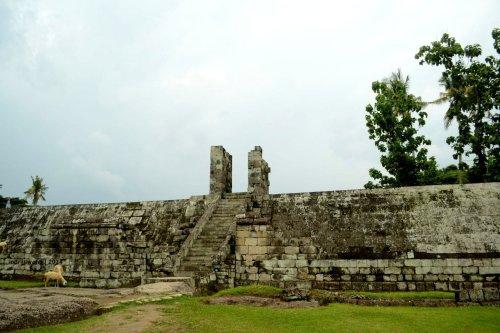 tanggul keliling bagian 'tengah' kompleks situs