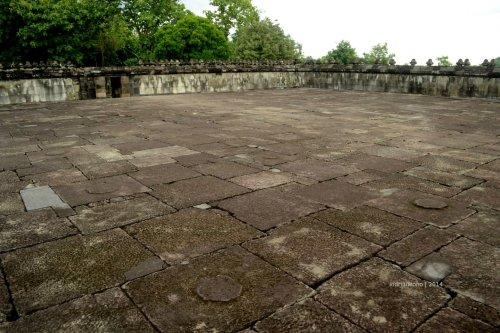 batur pendopo yang besar, ada tatahan lingkaran di beberapa titik penanda umpag kayu di masa lalu
