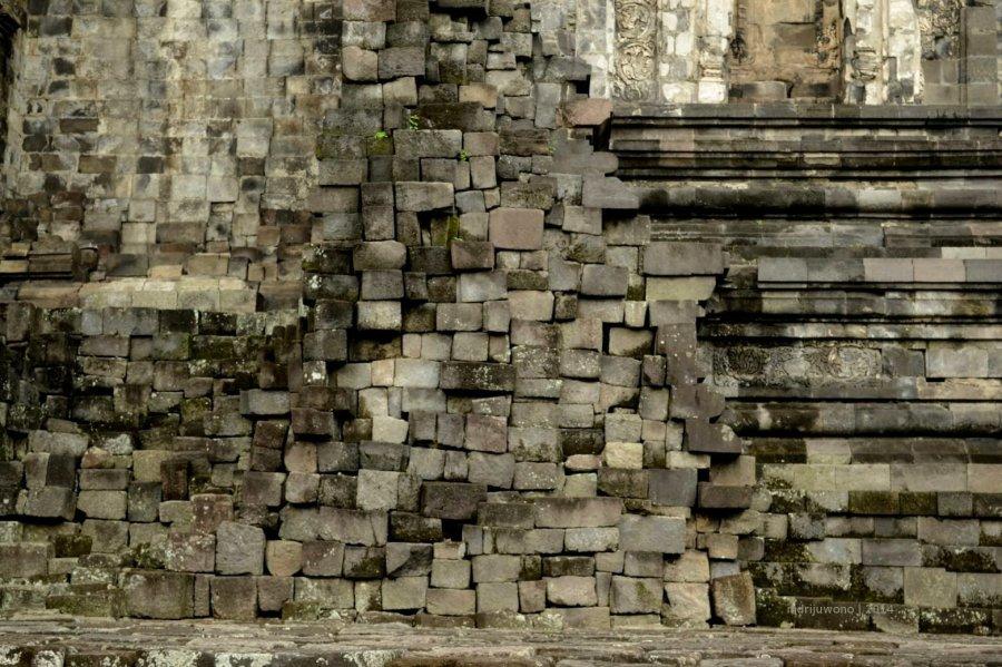susunan batu yang tak beraturan membentuk dinding