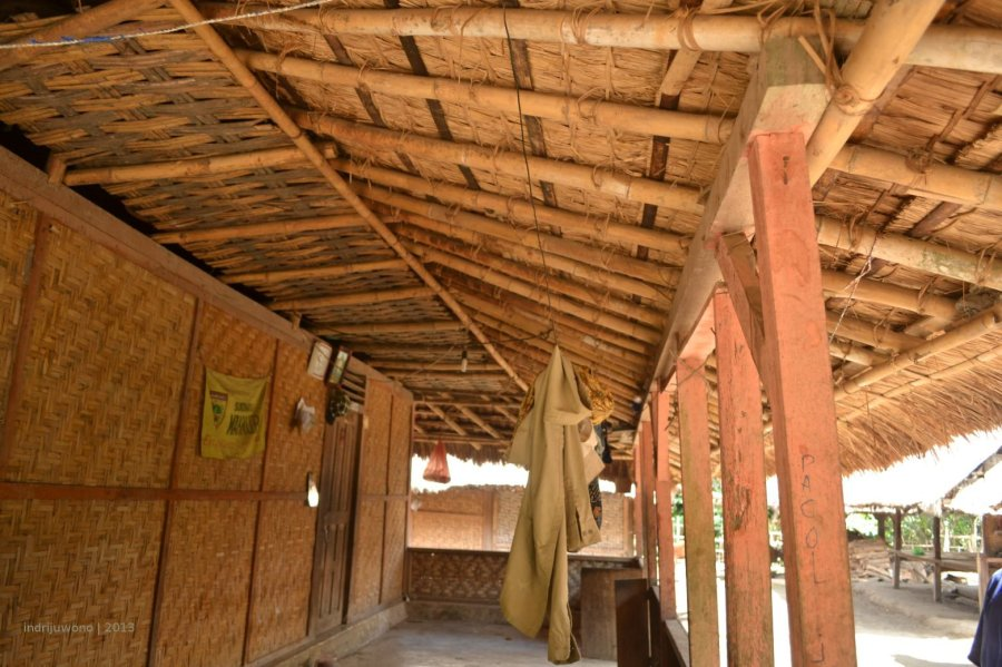 atap teras agak landai dengan kaso dan reng bambu