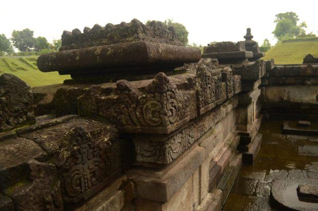 relief pilar candi