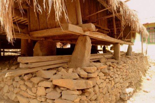 tumpuan batu berdiri di atas pelataran tumpukan batu pipih