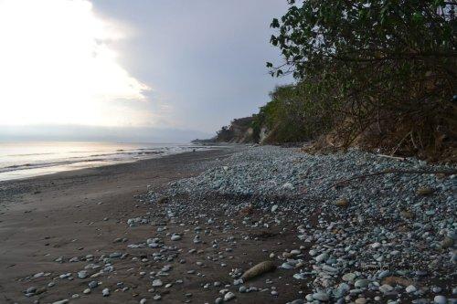 hamparan batu di pantai
