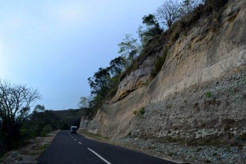 tebing yang kelak menjadi batu bulat