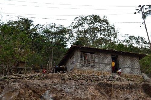 rumah di tepian tanah merah