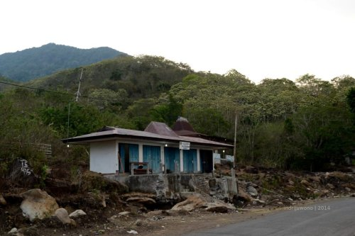 kantor pemerintahan di tepi jalan