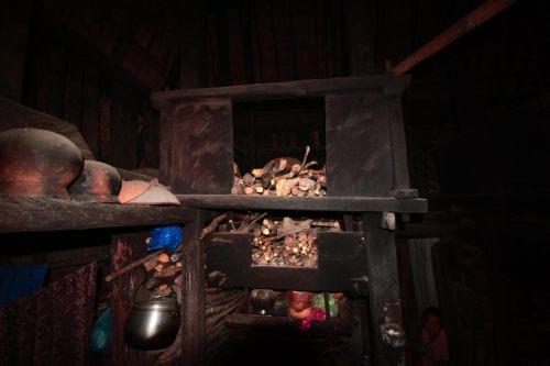 tumpukan kayu bakar