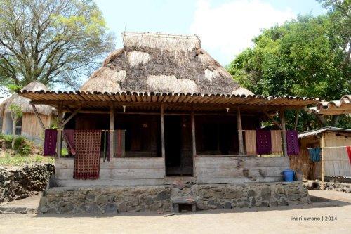 rumah adat di Bena dengan atap asli ilalang