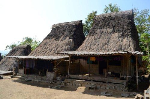 kedua rumah dalam satu level ketinggian