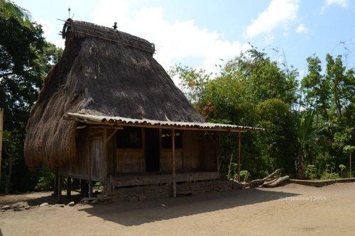 rumah tunggal sa'o saka lobo  (dengan mahkota ata - laki-laki)