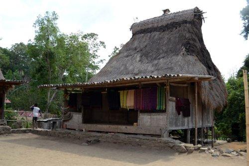 rumah tunggal sa'o saka pu'u  (dengan mahkota bhaga)