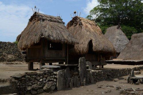tonggak nisan manandai makam di depan bhaga