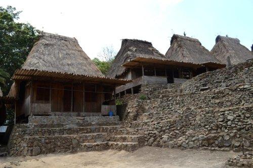 loka yang terpisah oleh dinding batu