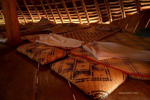 tidur di hamparan kasur yang tersedia