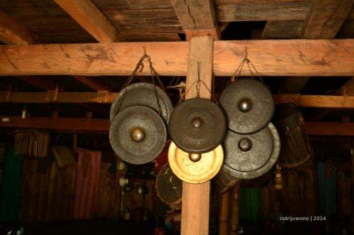 perangkat upacara disimpan di mbaru gendang