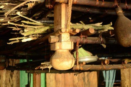 penggantung kayu bakar di atas tungku, berupa hiasan berbentuk kepala bayi