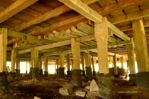 di bagian bawah tungku terdapat perkuatan kayu horisontal di atas tiang-tiang yang tertanam