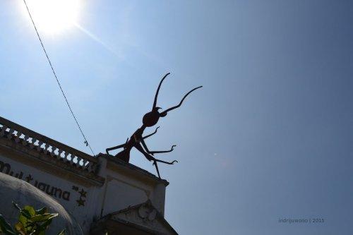 patung semut di atas marabunta