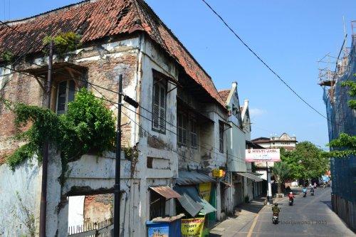jalanan kota lama, agak terbengkalai