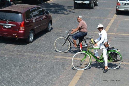 melintas jalan dengan sepeda