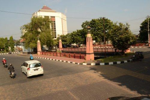 jembatan mberok, batas area perkantoran dengan niaga bisnis.
