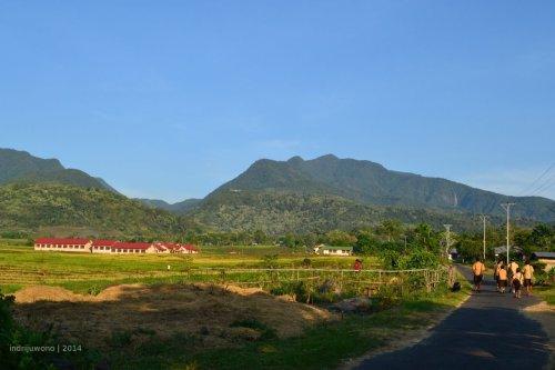 sekolah SMA Narang di tengah sawah yang dituju dari desa-desa sekitar