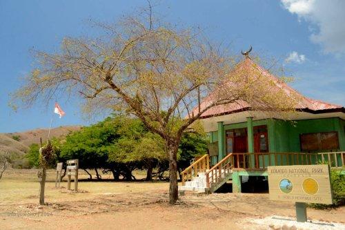 kantor pengelola di tengah padang.