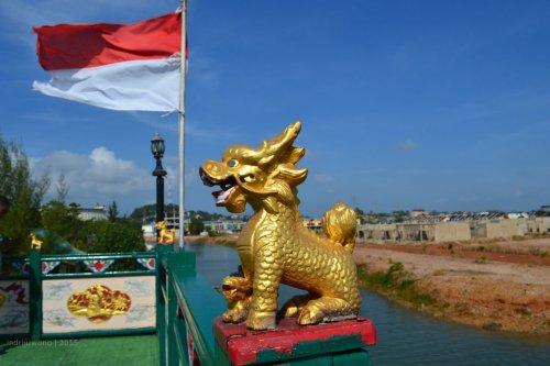 patung singa kecil emas yang pemberani