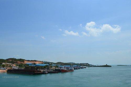 pelabuhan kapal besar tak jauh bawah jembatan