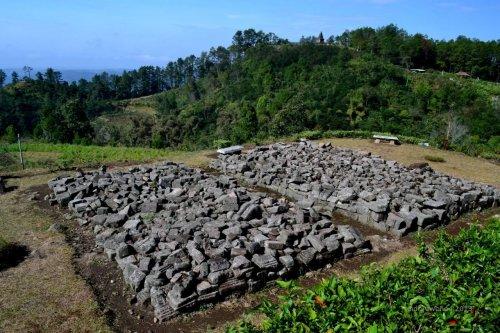 hamparan batu di elevasi bawah candi gedong III, sisa candi atau pendopo?