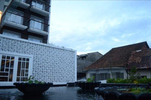 fasade loster putih, detail mengalirkan udara dan cahaya ke dalam