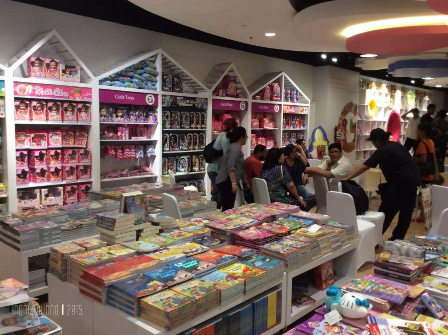 penataan buku anak pun berwarna-warni