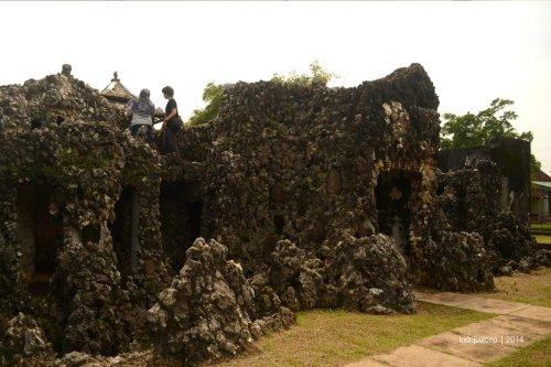 ruang-ruang di dalam batu