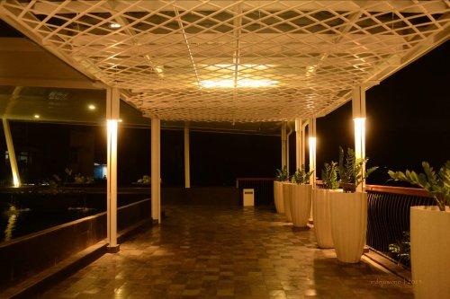 kanopi kaca lebih temaram saat malam