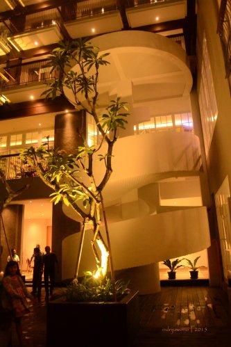 tangga lingkar menuju lobby