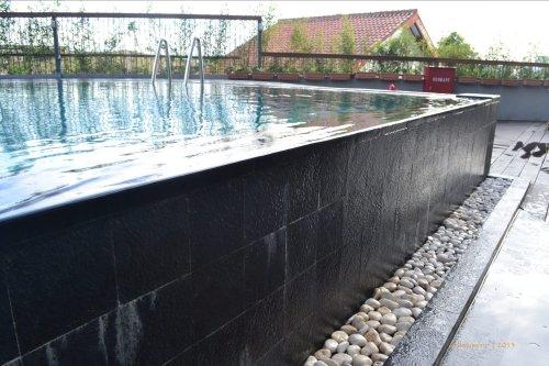 tepian kolam yang tumpah seperti air melipir
