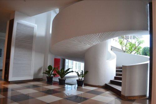 bagian bawah tangga yang mulus bergelombang