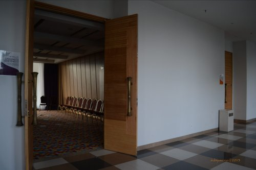 ruang pertemuan yang tersembunyi di bawah lobby