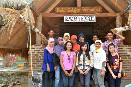 tim relawan yang membantu acara periksa gigi
