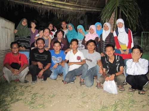 bareng relawan yang juga membantu acara nyenyore ramadhan (foto kak imelda)