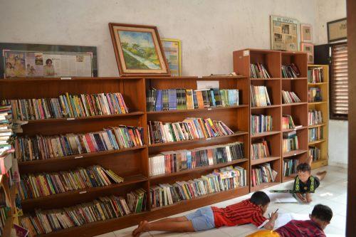 anak-anak gegoleran di dalam perpustakaan