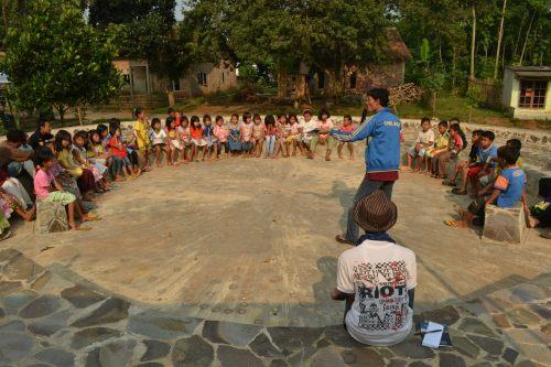 interaksi dengan anak-anak di teater terbuka
