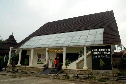 auditorium surosowan rumah dunia