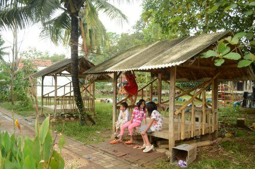 anak-anak yang bercengkrama di saung depan