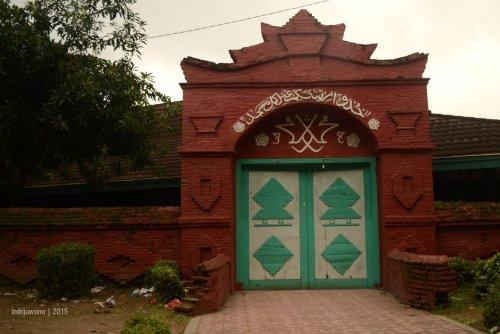 gerbang masjid agung cipta rasa dominan warna merah